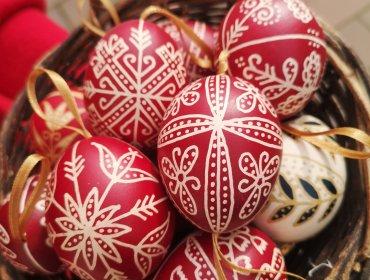 piros hímes tojások kosárban - Mosonyi Éva alkotásai