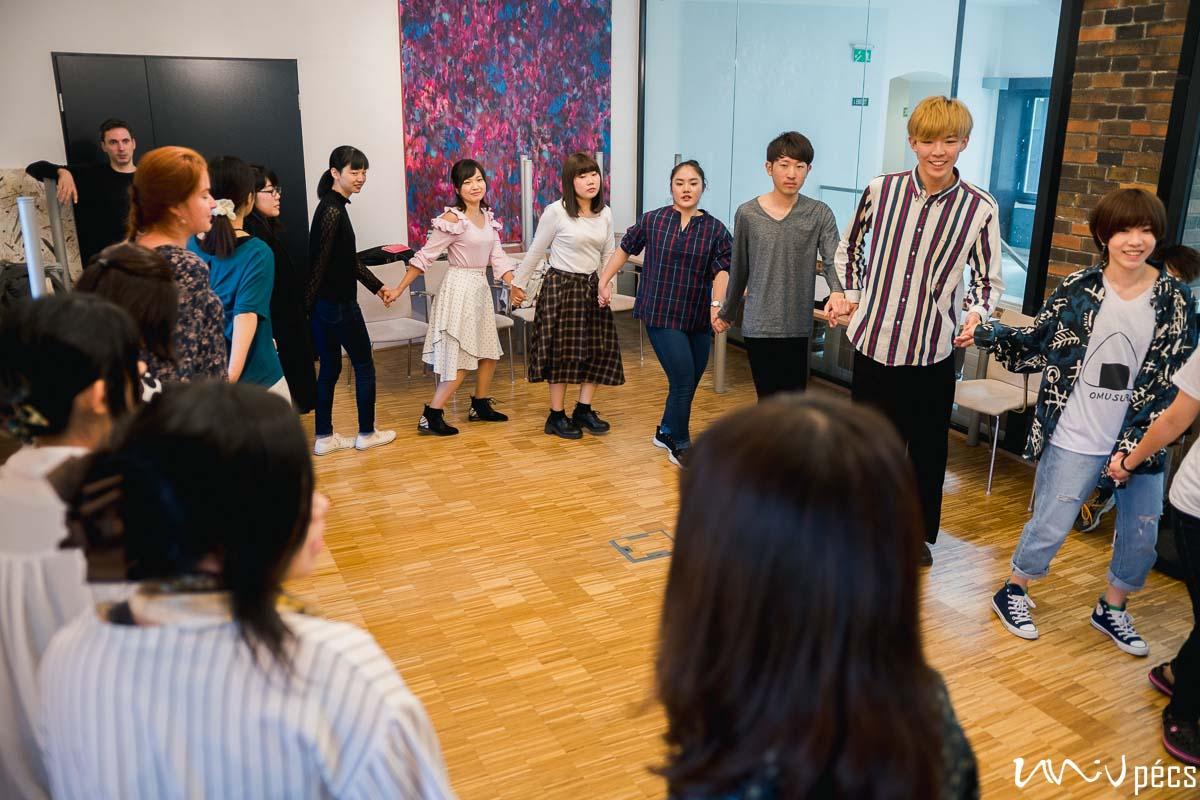 Japánokkal táncoló